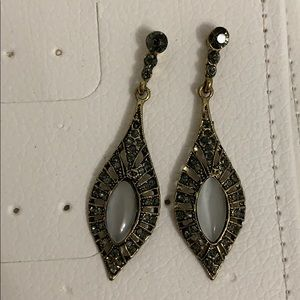 Drop earrings with green/gray colored stones